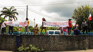 Des manifestants attendentla ministre des Outre-mer, Annick Girardin, àson arrivée à Grande-Terre, la principale île de Mayotte, le 12 mars 2018. (ORNELLA LAMBERTI / AFP)