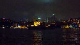Un bateau des garde-côtes turcs sur le Bosphore, devant le club Reina, le 1er janvier 2017. (GURCAN OZTURK / AFP)