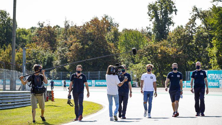 Pierre Gasly (haut blanc) filmé avec ses ingénieurs par les équipes de Netflix sur le circuit de Monza, le 3 septembre 2020, trois jours avant sa première victoire en Formule 1. (FLORENT GOODEN / DPPI MEDIA)