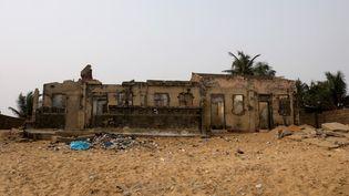 Les ruines de la maison de l'ancien chef d'Afidegnigban, Kokou Denis Apedo surune plagedu Togo, le 16 février 2020. (LUC GNAGO / REUTERS)