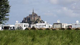 Des camping-cars garés à proximité du Mont-Saint-Michel. (KENZO TRIBOUILLARD / AFP)