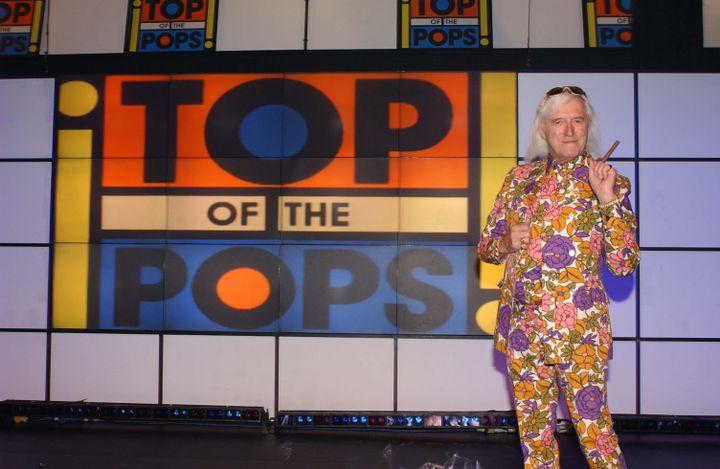 "L'animateur star Jimmy Savile dans l'émission ""Top of the Pops"" de la BBC, le 18 octobre 2001. (ALPHA PRESS / MAXPPP)"