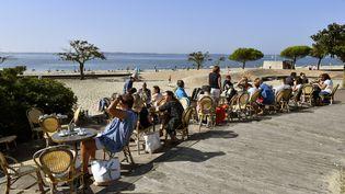 Des clients sur une terrasse de café (GEORGES GOBET / AFP)