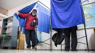 Dans un bureau de vote d'Athènes, en Grèce, le 25 janvier 2015. (MICHAEL KAPPELER / DPA / AFP)