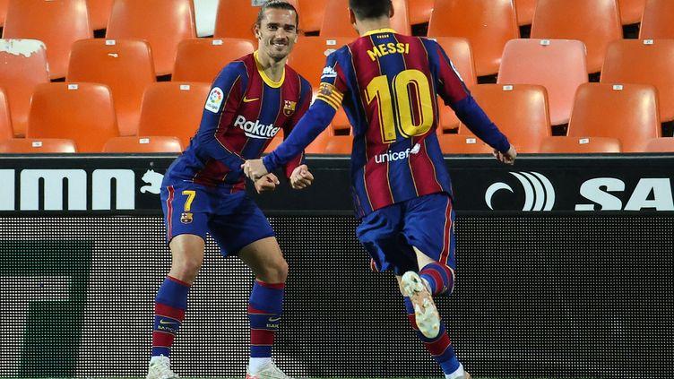 Antoine Griezmann et Lionel Messi contre Valence, le 2 mai 2021. (JOSE JORDAN / AFP)