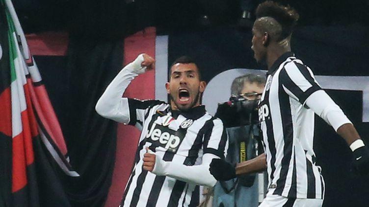 En ouvrant le score face au Milan, Carlos Tevez (Juventus Turin), félicité ici par Paul Pogba, a inscrit son 14e but en Serie A.