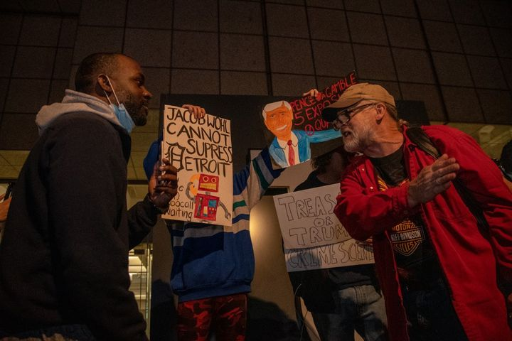 Les partisans républicains ont été accueillis par des contre-manifestants démocrates exigeant que tous les votes soient comptés à Détroit, dans le Michigan, le 4 novembre 2020. (ADAM J. DEWEY / NURPHOTO VIA AFP)