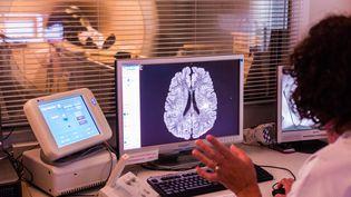 Un scanner cérébral, au CHU de Bordeaux, en 2014. (BURGER / PHANIE / AFP)