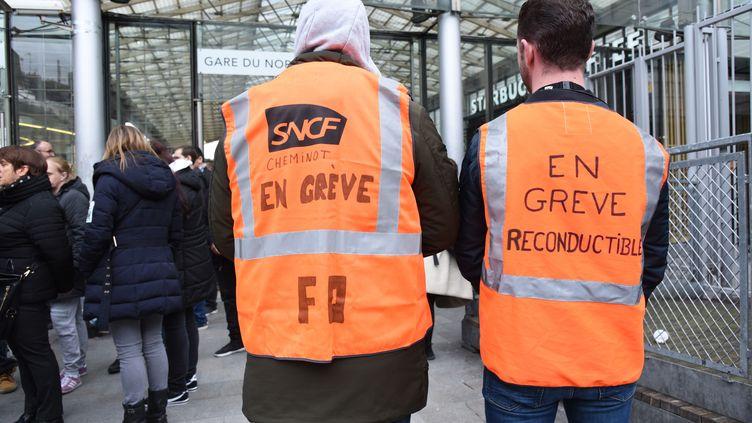 Des agents de la SNCF en grève, à Paris, mardi 3 avril 2018. (NEDIM ABAZ / ANADOLU AGENCY / AFP)