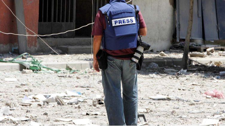 Un journaliste couvre le conflit israélo-libanais, au Liban, en août 2006. (ALFRED/SIPA)