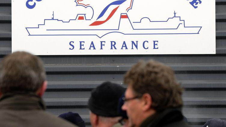 Des employés de SeaFrance attendant la décision du tribunal de commerce de Paris qui a prononcé la liquidation judiciaire de leur entreprise le 16 novembre 2011. (DENIS CHARLET / AFP)