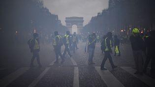 Des manifestants sur les Champs-Elysées le 8 décembre 2018. (ERIC FEFERBERG / AFP)