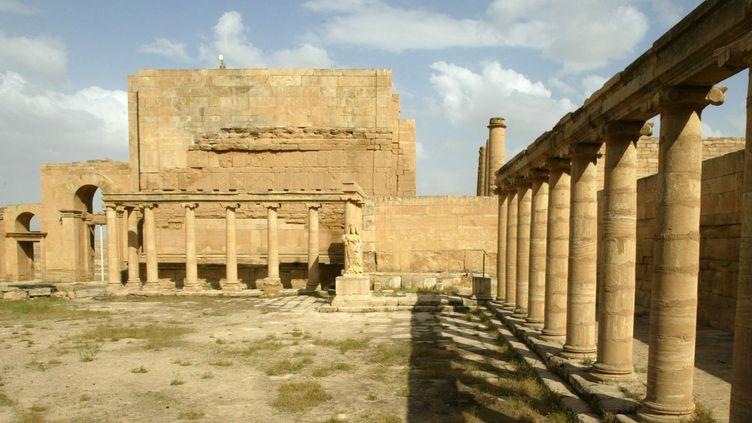 Hatra, l'un des sites irakiens déjà en partie détruits par l'Etat islamique et encore en danger : ici, la cour du palais royal de la ville ancienne, dans une photo de 2003.  (Philippe DESMAZES / AFP)