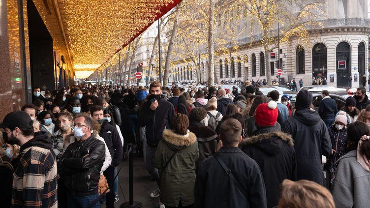 La foule des clients devant les grands magasins du boulevard Haussmann, à Paris (France) le 19 décembre 2020 (LP/MATTHIEU DE MARTIGNAC / MAXPPP)
