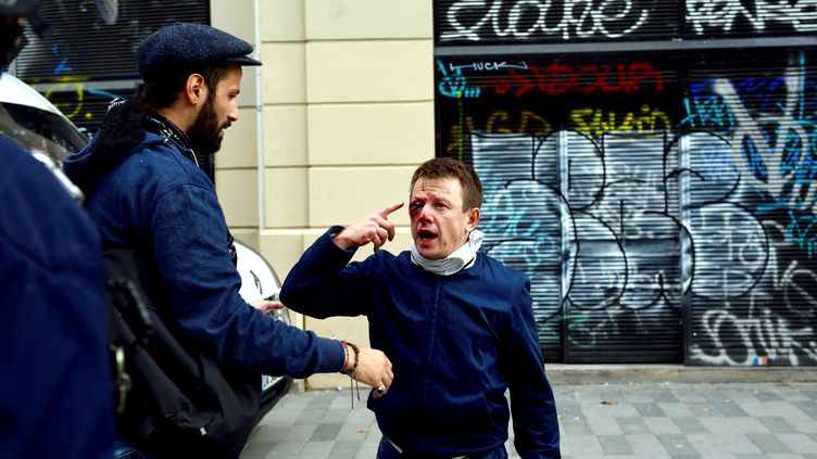 Le militant, Laurent Théron, 46 ans, a perdu l'usage de son oeil blessé. (GREG SANDOVAL / AFP)