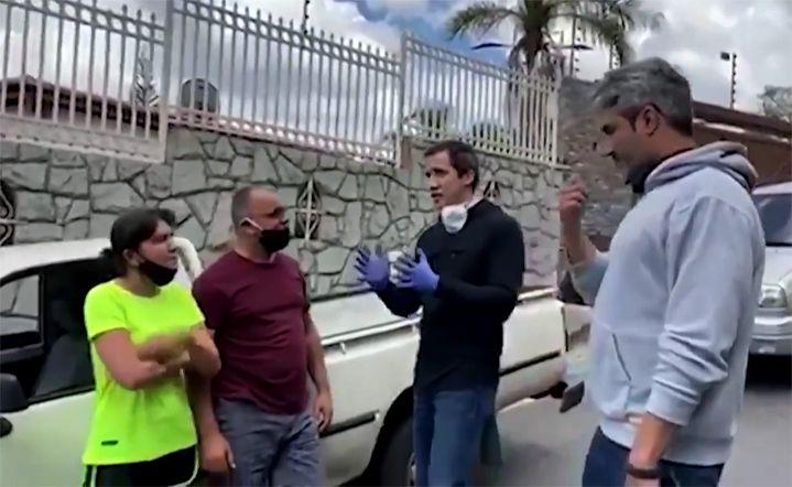 Le chef de l'opposition vénézuélienne Juan Guaido discute avec des automobilistes sur une vidéo non datée relayée par son centre national de communication. (CENTRO DE COMUNICACION NACIONAL / AFP)