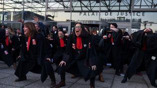 Des avocats manifestent contre la réforme des retraites, devant le tribunal de Bobigny (Seine-Saint-Denis), le 22 janvier 2020. (LUCAS BARIOULET / AFP)