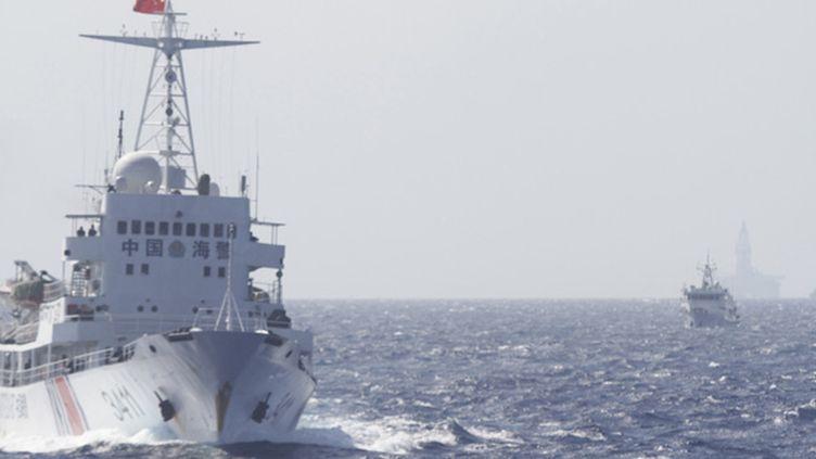 (© REUTERS/Nguyen Minh - Des navires de la garde-côtière chinoises suivent des bateaux vietnamiens qui se sont approchés trop près de leur plateforme pétrolière en mer de Chine, le 14 mai.)