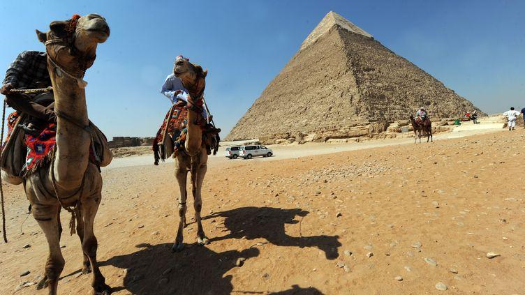 Des guides attendent des touristes au pied de la pyramide de Khéphren au sud-ouest du Caire (Egypte), samedi 3 août 2013. (FAYEZ NURELDINE / AFP)