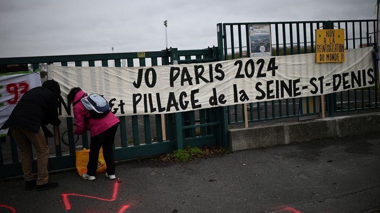 Manifestation contre le démantèlement du parc Georges-Valbon, en raison de la tenue des Jeux olympiques en 2024, à La Courneuve (Seine-Saint-Denis),le 13 décembre 2020. (CHRISTOPHE ARCHAMBAULT / AFP)