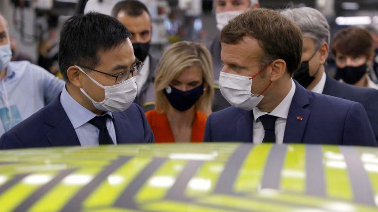 Le président de la République Emmanuel Macron s'entretient avec le patron d'Envision (entreprise chinoise) pendant la visite du futur site de fabrication de batteries pour voitures à Douai (Nord), le 28 juin 2021. (AFP)