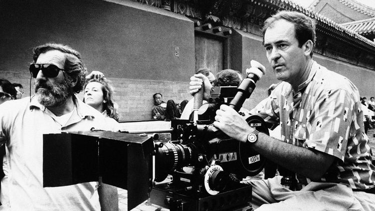 "Bernardo Bertolucci (à droite) sur le tournage du ""Dernier empereur"", 2 mai 1987  (Neal Ulevich / AP / SIPA)"