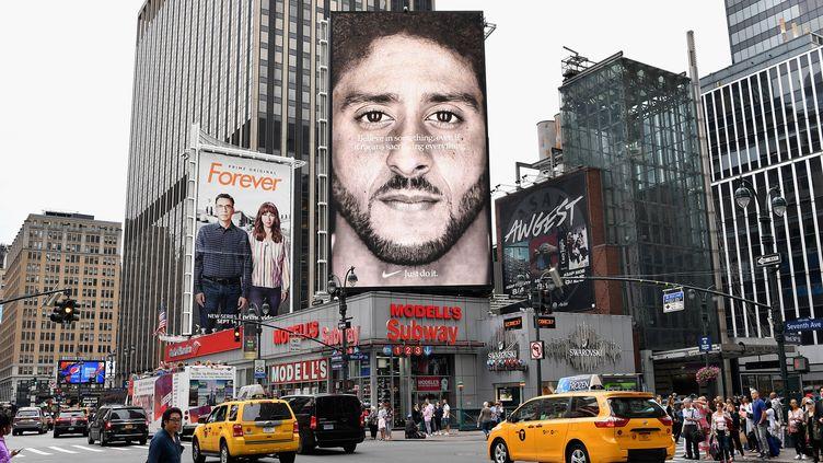 Une publicité pour Nike avecColin Kaepernick, affichée à New York le 8 septembre 2018. (ANGELA WEISS / AFP)