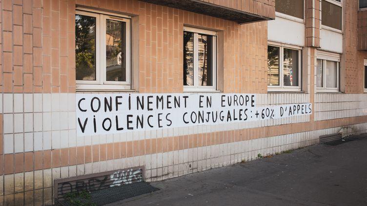 Collage alertant sur une hausse des violences faites aux femmes pendant le confinement, à Paris le 17 Mai 2020. (AMAURY CORNU / HANS LUCAS / AFP)