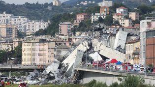 Les sauveteurs s'activent après l'effondrement d'un viaduc à Gênes (Italie), le 14 août 2018. (MAURO UJETTO / NURPHOTO / AFP)