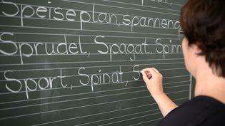 Une enseignante en école primaire en Allemagne (SEBASTIAN GOLLNOW / DPA)