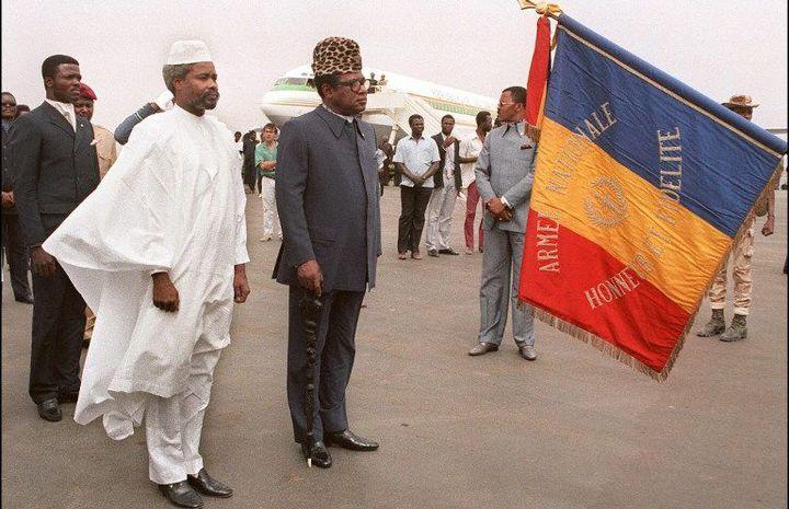 Hissène Habré reçevant l'ancien président du Zaïre Mobutu Sese Seko à Ndjamena le 4 Aout 1987 (Photo AFP)
