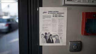 Une affiche sur les violences conjugales placardée dans un immeuble de Nantes (Loire-Atlantique) durant le confinement, le 2 avril 2020. (J?R?MIE LUSSEAU / HANS LUCAS / AFP)