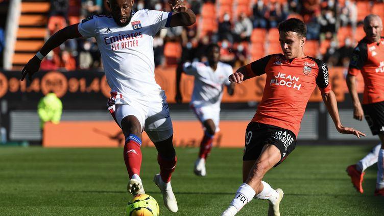 Moussa Dembélé et l'OL tentent de trouver l'ouverture (FRED TANNEAU / AFP)