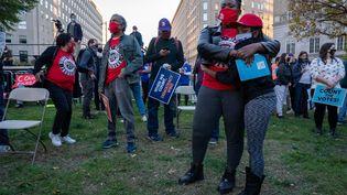Des supporters de Joe Biden rassemblés dans un square proche de la Maison Blanche, à Washington (Etats-Unis) le 4 novembre 2020 (KEN CEDENO / MAXPPP)
