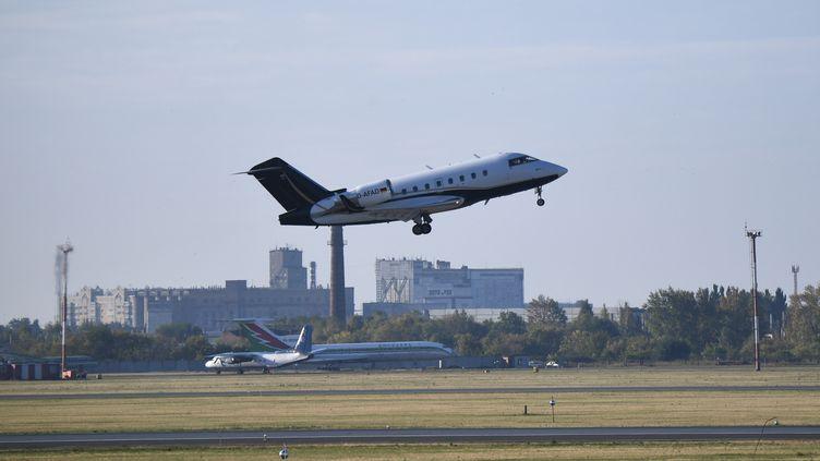 L'avion médicalisé transportant l'opposant russeAlexeï Navalny vers un hôpital d'Allemagne décolle de l'aéroport d'Omsk en Russie le 22 août 2020. (ALEXANDR KRYAZHEV / SPUTNIK / AFP)