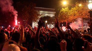 Rassemblement de supporters sur les Champs-Elysées après la victoire du PSG mardi 18 août face à Leipzig en Ligue des champions. (BERTRAND GUAY / AFP)