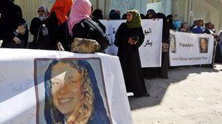 Des femmes manifestent à Sanaa (Yémen) le 1er mars 2015 pour réclamer la libération d'Isabelle Prime et de sa collègue yéménite, prises en otages. (  MAXPPP)
