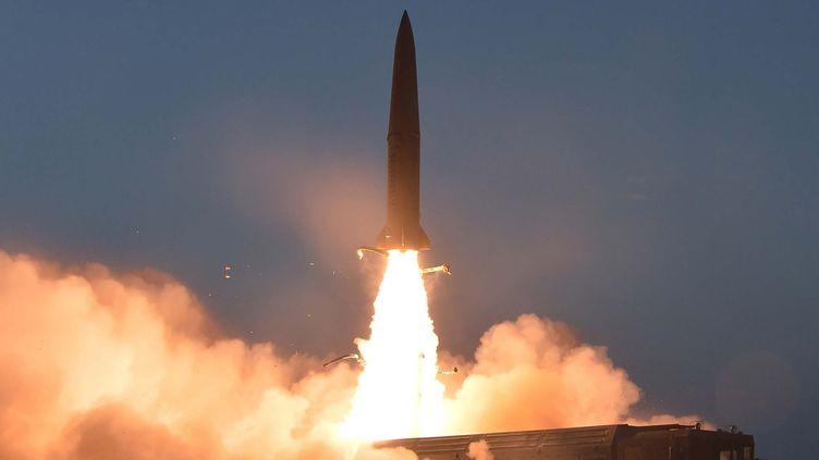Un nouveau type de missile tactique à courte portée lancé sur un site inconnu en Corée du Nord, le 25 juillet 2019. (KCNA VIA KNS / KCNA VIA KNS)