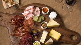 Les hommes sont plutôt amateurs de fromages, de viandes, de charcuteries, de pommes de terre, de crèmes dessert et de boissons alcoolisées. (MICHAEL PIAZZA / PHOTOLIBRARY RM  / GETTY IMAGES)
