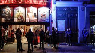 """Des spectateurs devant le cinéma parisien """"Les 5 Caumartin"""" à la réouverture des salles (ABDULMONAM EASSA / AFP)"""