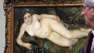 """""""Nymphe à la source"""", tableau de Pierre-Auguste Renoir, sous l'oeil de Patrick Ramade, directeur du Musée des Beaux-Arts de Caen (24/4/2013)  (Charly Triballeau / AFP)"""