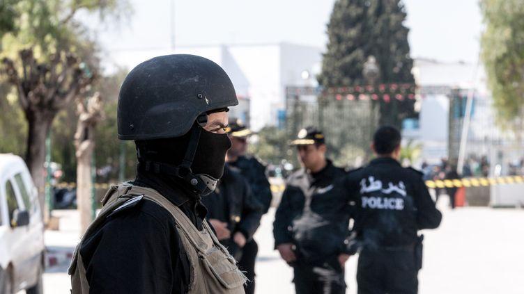 La police tunisienne reste déployée devant le musée du Brado de Tunis (Tunisie), jeudi 19 mars, au lendemain de l'attaque meurtrière menée contre le bâtiment. (AMINE LANDOULSI / ANADOLU AGENCY / AFP)