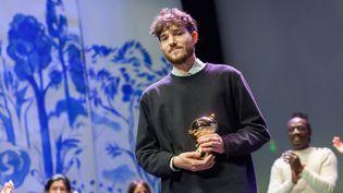 Jérémie Moreau reçoit le Fauve d'or en 2018 à Angoulême pour son album La saga de Grimr. (YOHAN BONNET / AFP)