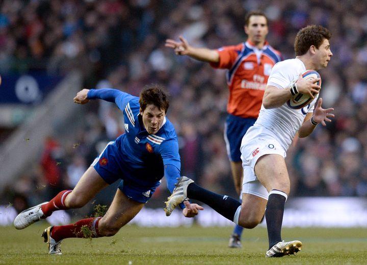 Le joueur du XV de France François Trinh-Duc (en bleu) tente d'arrêter l'Anglais Ben Youngs (en blanc), lors du match Angleterre-France à Londres, le 23 février 2013. (FRANCK FIFE / AFP)