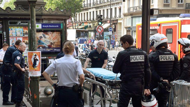 La police près de la station Grands boulevardsà Paris, où a eu lieu une fusillade après un braquage, le 19 juillet 2014. (PIERRE ANDRIEU / AFP)
