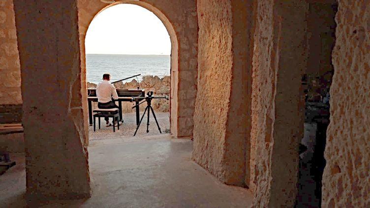 Le pianiste Vivian Roost partcipe à l'opération Evasion Musicale et joue sa musique dans les grottes de Meschers (Charente-Maritime) (France 3 Nouvelle Aquitaine)