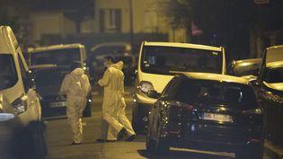 Des enquêteurs arrivent à Argenteuil, le 25 mars 2016. (GEOFFROY VAN DER HASSELT / AFP)