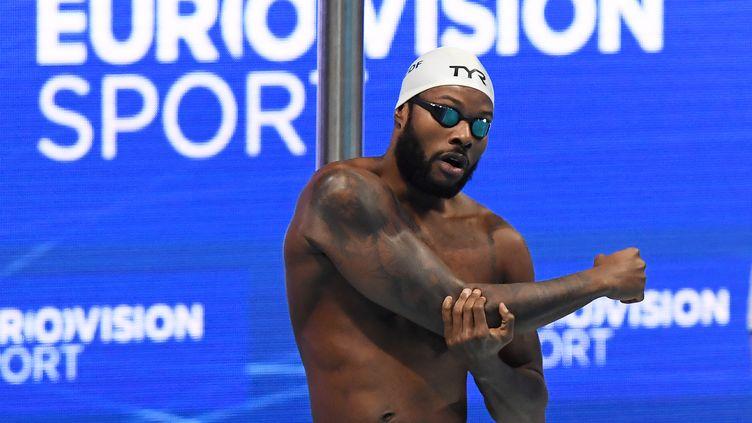 Mehdy Metella avant les séries du 100m papillon à Budapest, aux Championnats d'Europe de natation, le 22 mai 2021. (ATTILA KISBENEDEK / AFP)