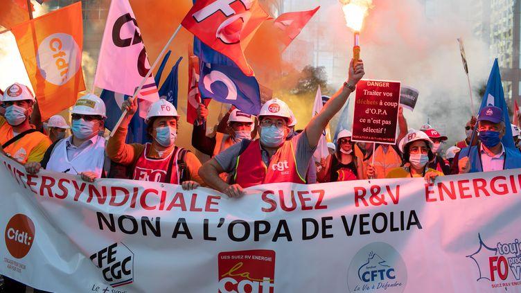 Des salariés de Suez manifestent contre l'offre de rachat de Veolia, le 22 septembre 2020, à Courbevoie (Hauts-de-Seine). (ROMUALD MEIGNEUX/SIPA)