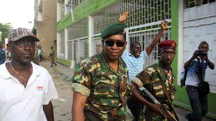 Le général Godefroid Niyombare, au centre, arrive à la Radio publique africaine (RPA) pour s'adresser à la nation, le 13 mai 2015, à Bujumbura (Burundi). (JEAN PIERRE HARERIMANA / REUT / REUTERS)